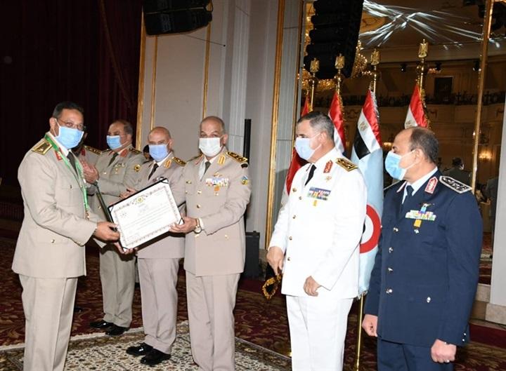وزير الدفاع يكرِّم قادة القوات المسلحة المحالين للتقاعد