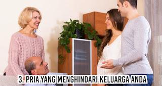 Pria yang menghindari keluarga Anda termasuk dalam tanda Bila Pria Belum Siap Menikah