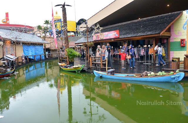 Para penjual jajanan di Pasar Apung
