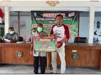 Arifien Mujahiddin kades Singkil salurkan BLT DD kepada 15 warga desa Singkil yang berhak menerima