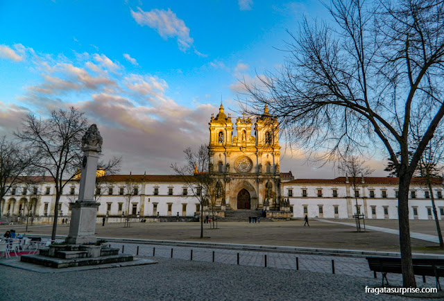 Fachada do Mosteiro de Alcobaça ao pôr do sol