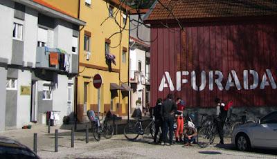 Turistas de bicicleta em frente ao Centro Interpretativo da Afurada