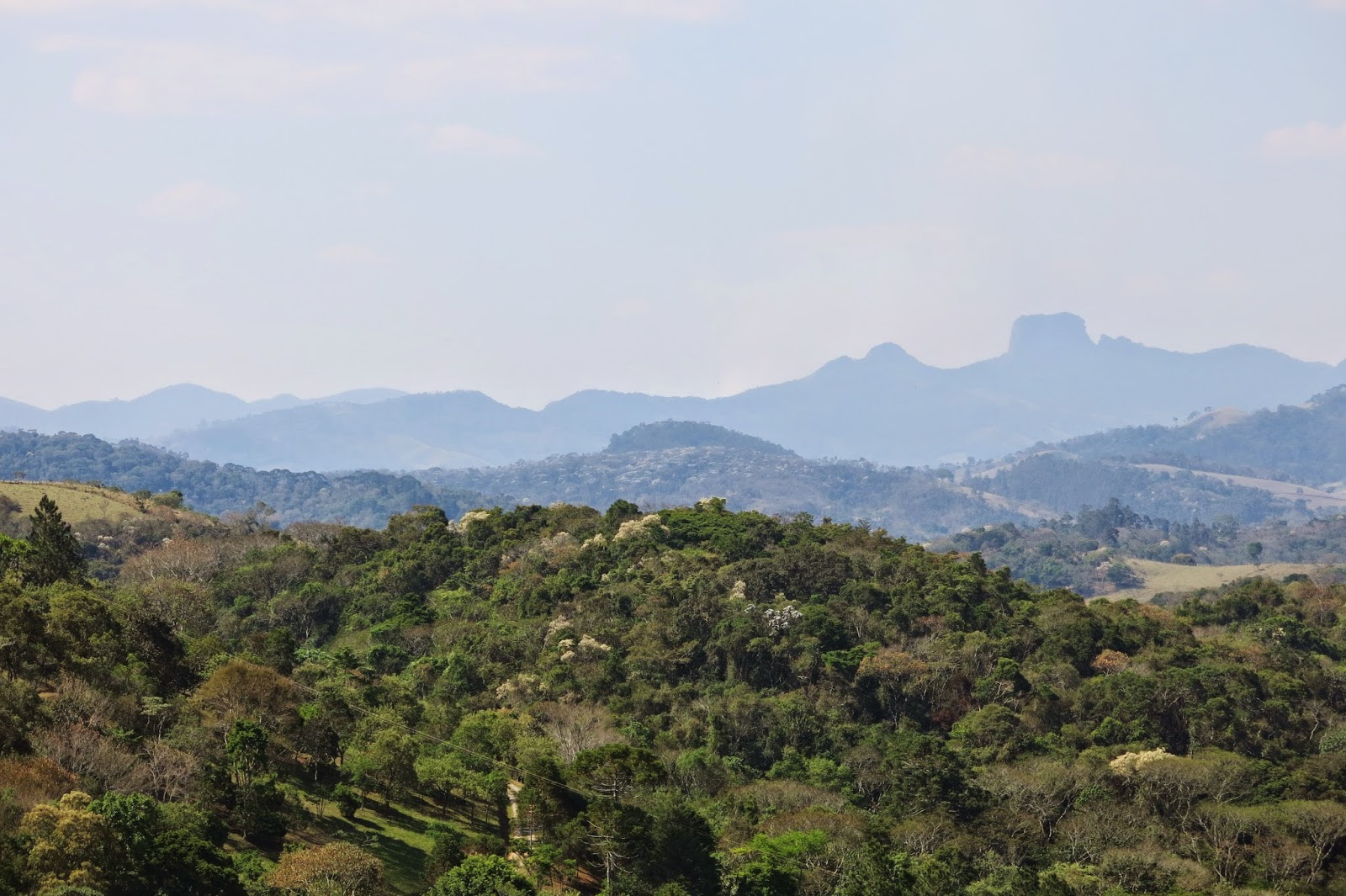 Vista da Pedra do Baú, desde Santo Antônio do Pinhal