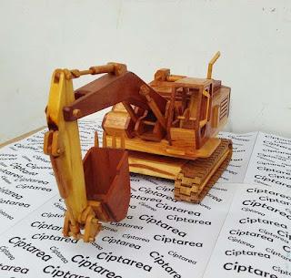 Miniatur Komatsu Excavator dari bahan kayu
