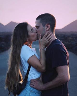pose tumblr en pareja besándose paisaje
