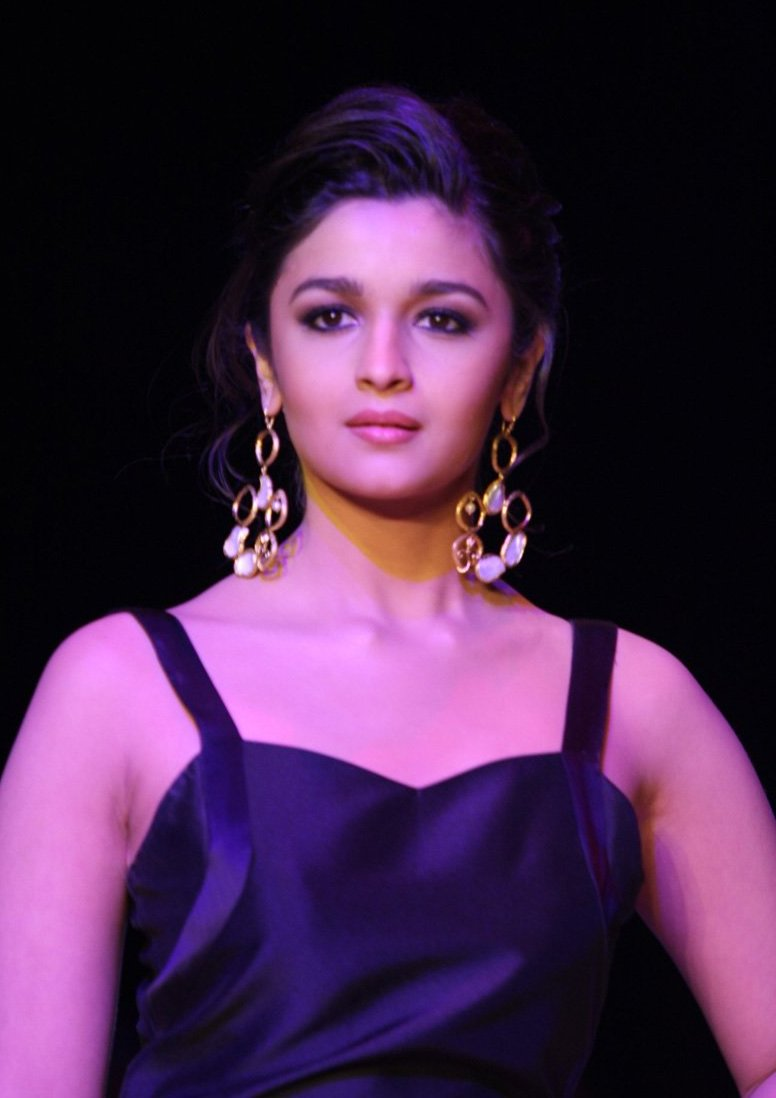 Bollywood actress attacked in Paris: police - ARAB TIMES
