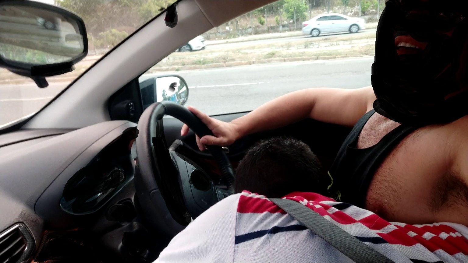 manándosela en el auto