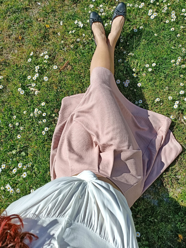 Spring countryside look white blouse and pink midi skirt