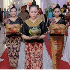Upacara adat Nyongkolan - Pakaian adat baju lambung suku sasak biasanya dipakai saat upacara adat seperti