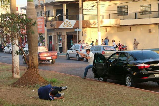 Momento em que o assassino começa a disparar contra os políticos em Itumbiara