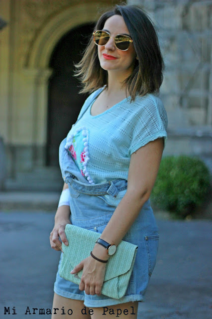 Combinar un peto denim corto con color mint