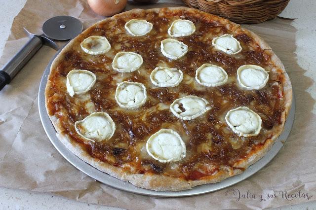 Pizza con queso de cabra y cebolla caramelizada. Julia y sus recetas