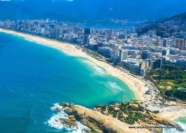 the long stretch of white sand beach in Ipanema