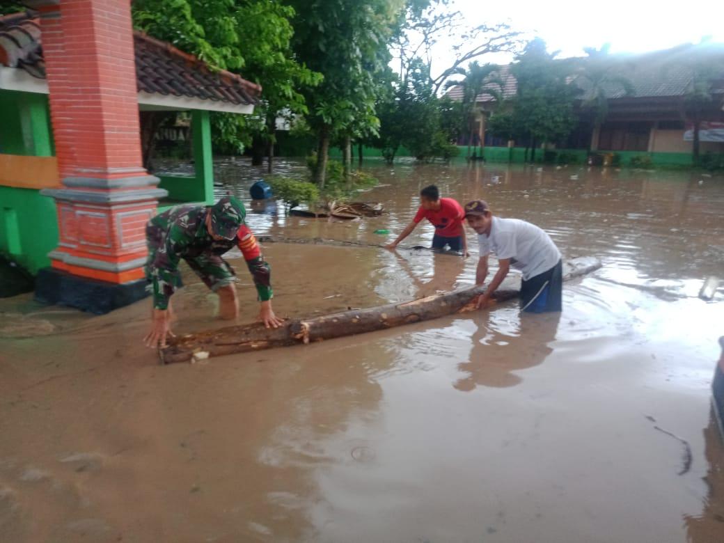 Babinsa Koramil 410-03/TBU Serma Sarfudin memonitor musibah banjir di wilayah  binaanya yang bertempat di Jalan Raya Puri gading