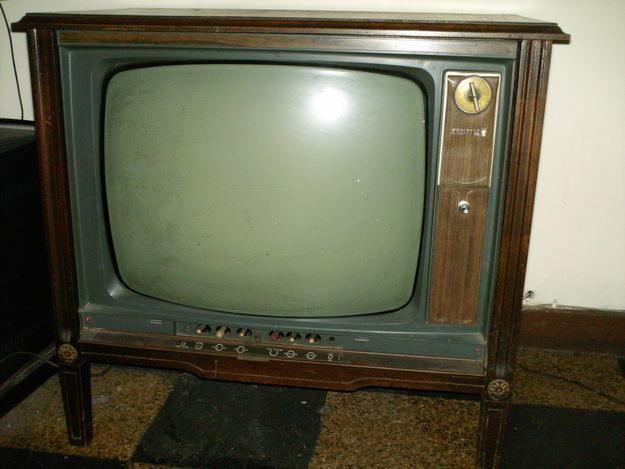 Subiendo el televisor por las calles de un barrio de Caracas