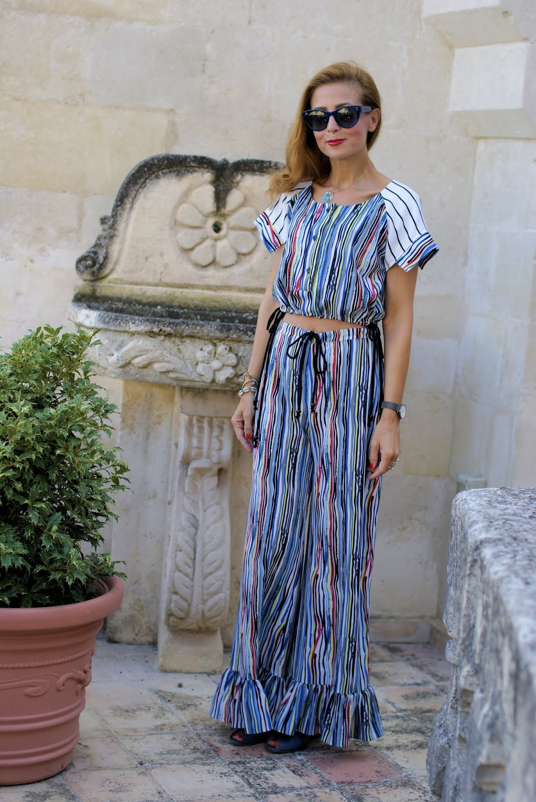 Ruffle palazzo pants and crop top: 70s inspired outfit on Fashion and Cookies fashion blog, fashion blogger style