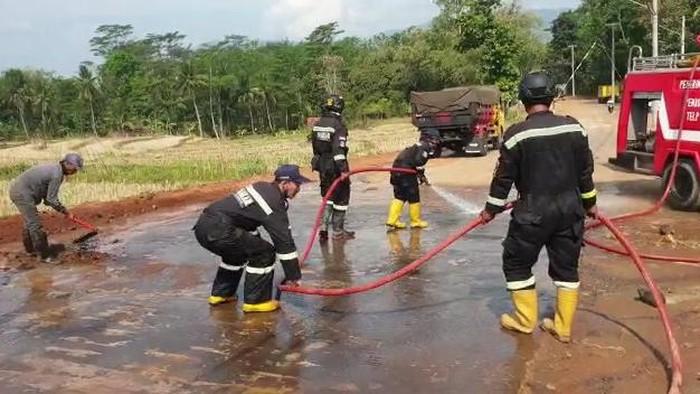Petugas Pemadam Mendadak Bersihkan Jalan di Kuningan, Ternyata Pak Jokowi Mau Lewat