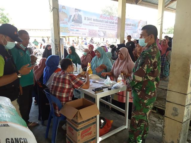 Sambut Ramadhan 1442 Hijriah, Babinsa Koramil 03 Kaway XVI Pantau Jalannya Pasar Murah Di Desa Beuregang