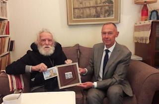 Αγνώριστος ο 97χρονος Μανώλης Γλέζος. Ο Ρώσος πρέσβης τον επισκέφτηκε σπίτι του και τον τίμησε για τον αγώνα του κατά των Ναζί ..