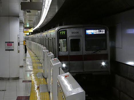 【ダイヤ改正で平日深夜限定!】東武9000系の各駅停車 新宿三丁目行き