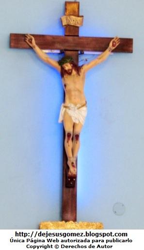 Foto de Cristo sobre una cruz de madera por Jesus Gómez