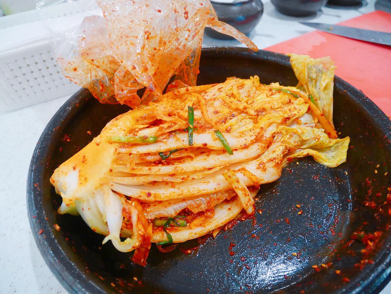 首爾明洞「韓國泡菜學院」手作泡菜初體驗,穿韓服做泡菜,學炒年糕 看看 KANKAN:旅遊・美食・生活