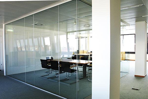 Lợi ích to lớn khi lựa chọn sử dụng vách kính cường lực văn phòng