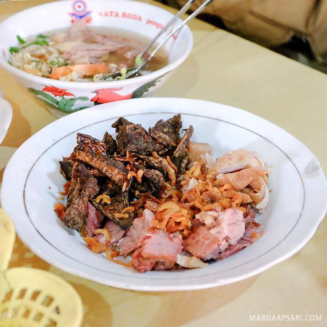Tambahan Daging di Soto Sholeh Al Barokah Yogyakarta