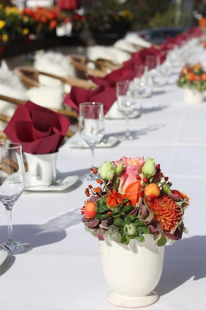 Kaffeetafel am Seehaus, Herbsthochzeit in den Bergen von Garmisch-Partenkirchen, Hochzeitslocation in Bayern, Riessersee Hotel - Bordeaux, rote Rosen, herbstlich