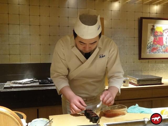 préparation de maki par le chef dans le restaurant Masazushi à Otaru