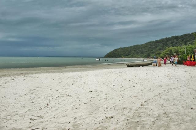 Praia das Encantadas na Ilha do Mel no Paraná.