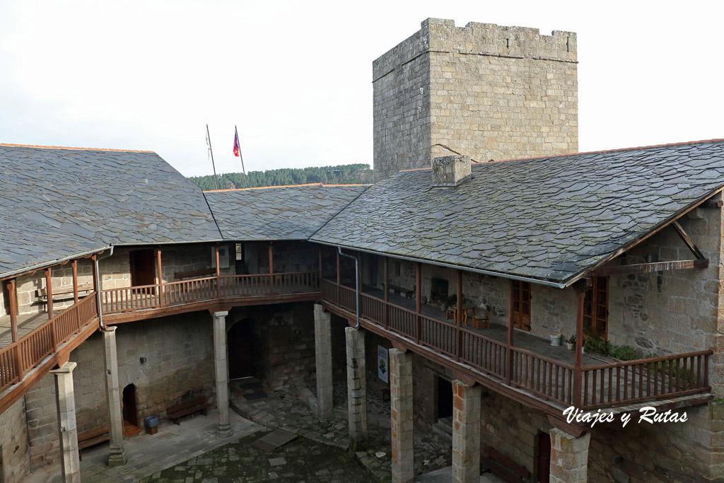 Interior del patio del  Castillo de Castro Caldelas