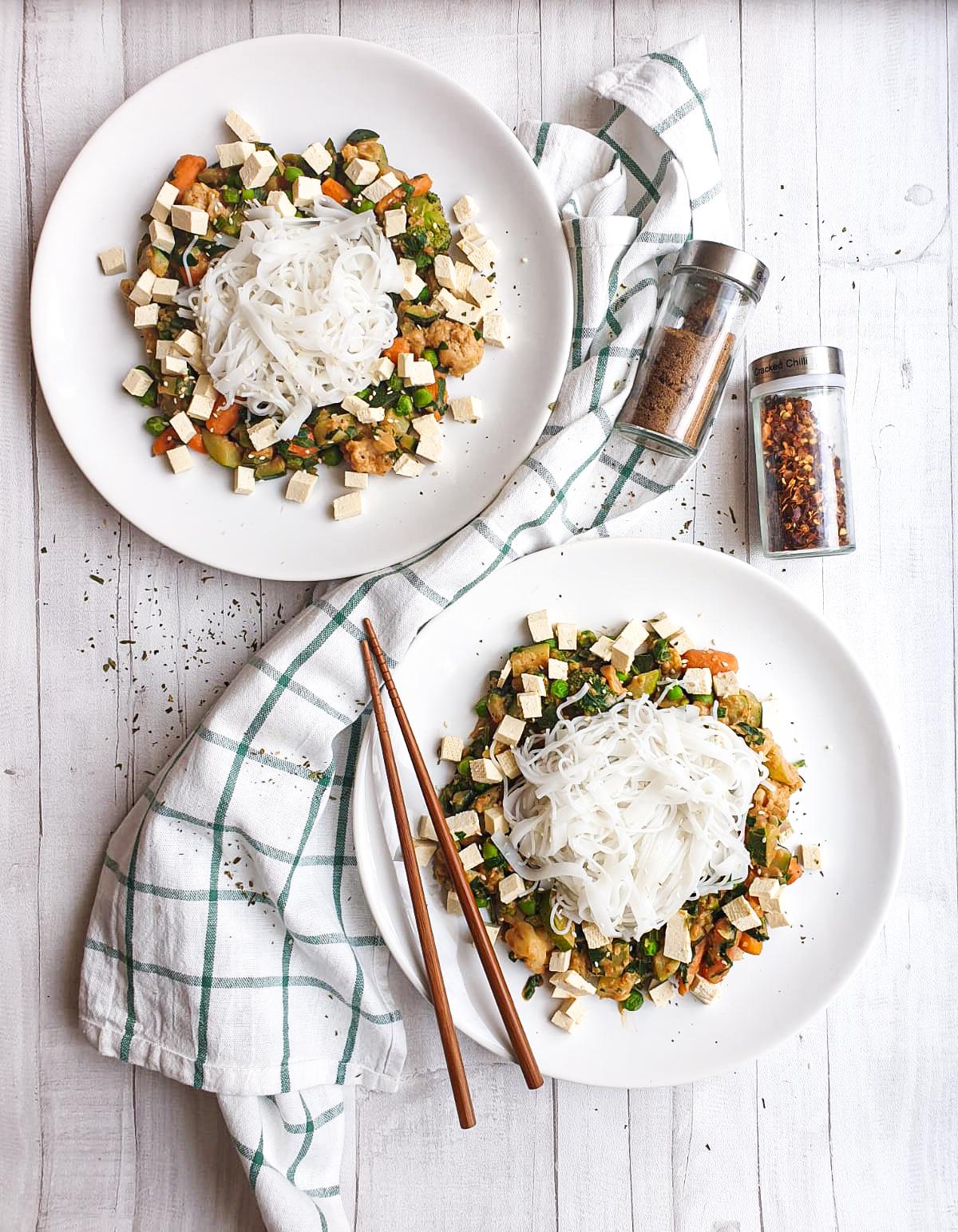 Makaron ryżowy z warzywami w orientalnym sosie orzechowym