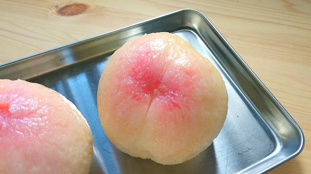 むきにくい時、包丁で十字の切れ込みを入れてからむくとはがしやすいです。 切れ込みを入れると、果肉にも少し切れ込みが入りますが、便利です。