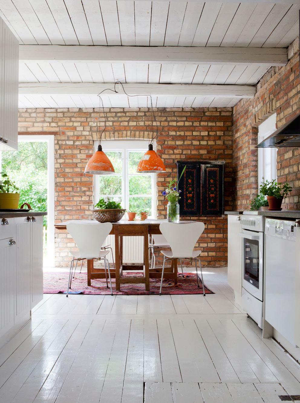 cegła w kuchni, cegła na ścianie, cegła w kawiarni, ściana z cegły, kuchnia, kitchen, design, kitchen design, styl prowansalski, kuchnia w stylu prowansalskim, kuchnia w stylu skandynawskim, scandinavian kitchen, scandi kitchen, skandynawska kuchnia, biała kuchnia z brązowymi blatami, biała kuchnia z drewnianymi blatami, drewniany blat w kuchni, biało drewniania kuchnia