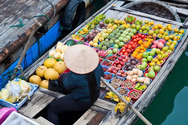 Sản phẩm trước đây của chợ nổi Cái răng chỉ có các loại hoa quả trái cây đặc sản của vùng đồng bằng Sông Cửu Long. Do nhu cầu của người đi chợ ngày càng cao nên có nhiều loại dịch vụ khác như phở, hủ tiếu, cà phê, quán nhậu nổi... thậm chí xăng dầu, vé số,... cũng đều được bán trên sông.    Để khách hàng có thể nhận biết được ghe thuyền mình đang bán những sản vật gì, thì người dân sẽ treo sản vật đó lên một cây beo ở đầu mũi ghe. Từ xa chỉ cần gọi là các thương hồ sẽ lái chiếc ghe của mình luồn lách một cách thiện nghệ qua các chiếc ghe khác và áp sát mạn thuyền phục vụ khách đi chợ tận tình, chu đáo.