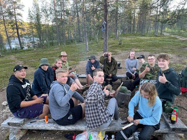 Vaellusriparin isosia tauolla autiotuvan nuotiopaikalla Lapissa.