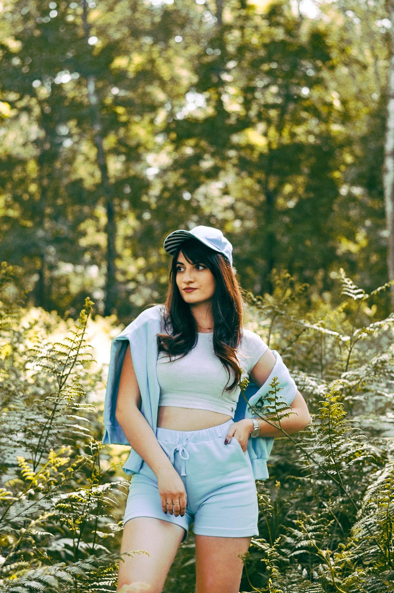 błękitny komplet dresowy damski z szortami - pomysł na stylizacje