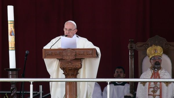 """Papa Francisco rechaza """"extremismo"""" en una misa en Egipto"""