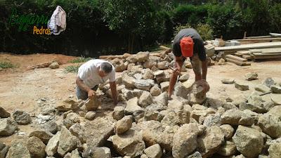 Bizzarri em uma residência em Itatiba-SP onde estamos executando em revestimento de pedra na parede de uma adega. Na foto fazendo o acerto das pedras moledo para iniciar o revestimento. 07 de dezembro de 2016.