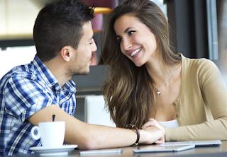 5 Bahasa tubuh jika pasangan ingin bercinta