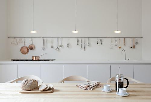 Die Küche ist mit weißen Zeile und helle Holzmöbeln eingerichtet.