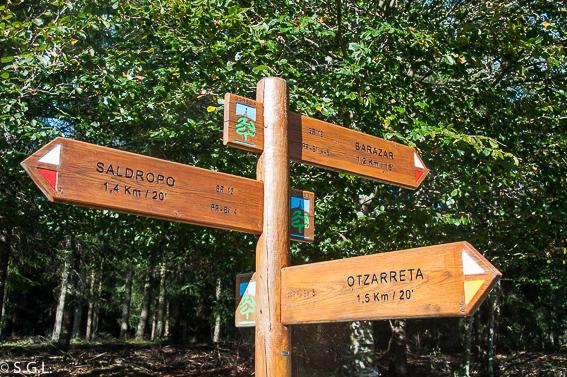 Señalizacion del Hayedo de Otzarreta en parque natural de Gorbeia en Bizkaia