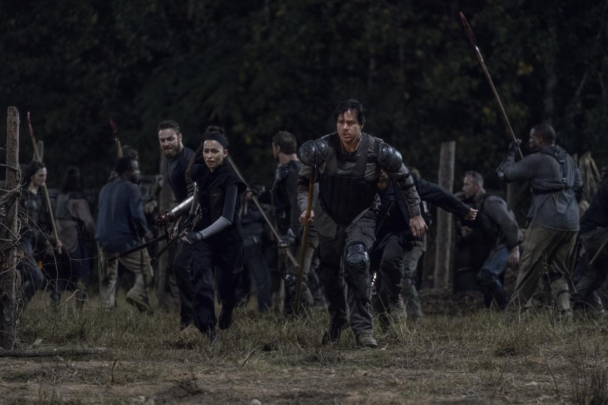 Rosita, Eugene, Aaron, en el episodio 10x11 Morning Star de The Walking Dead