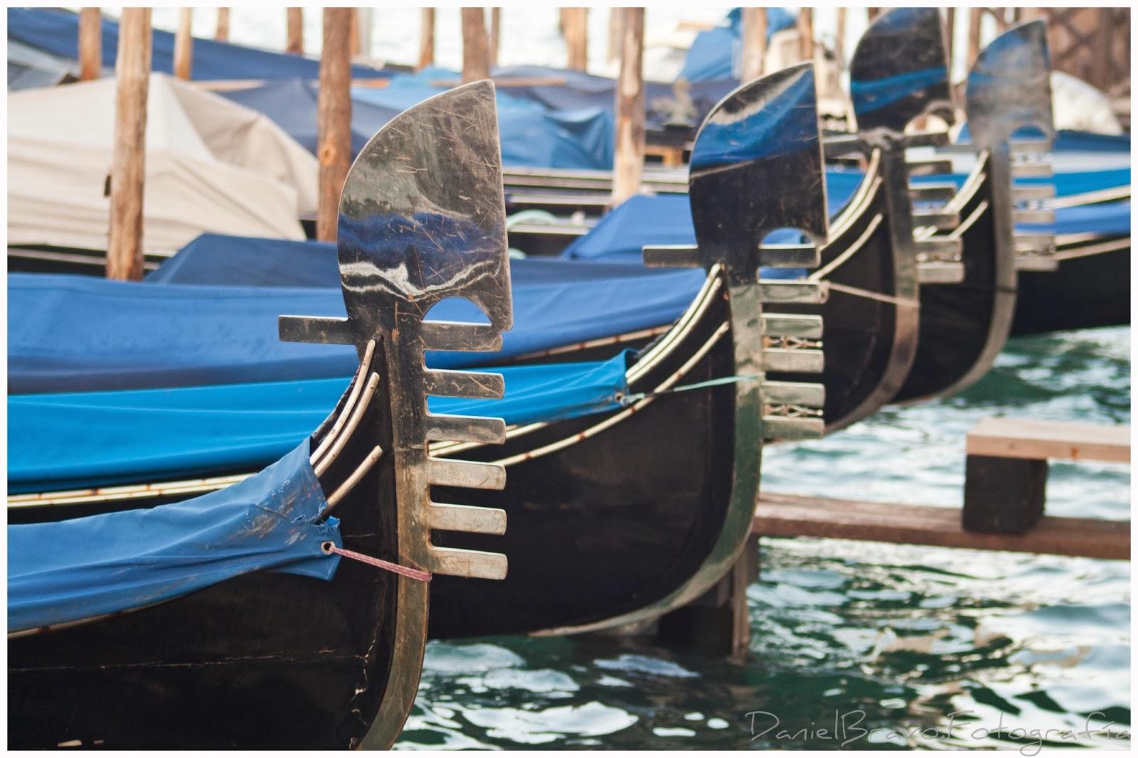 Góndolas venecianas en un canal