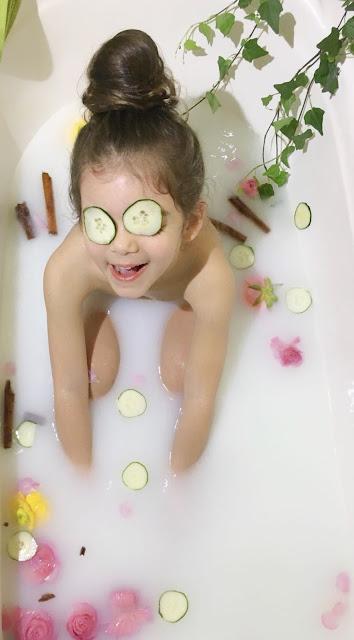 foto bambina vasca di latte