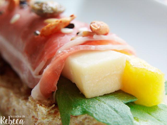 Rollitos de jamón con mango, gorgonzola y rúcula