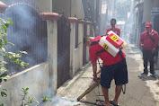 Cegah BDB, PSI Jakarta Barat Fogging Permukiman Warga