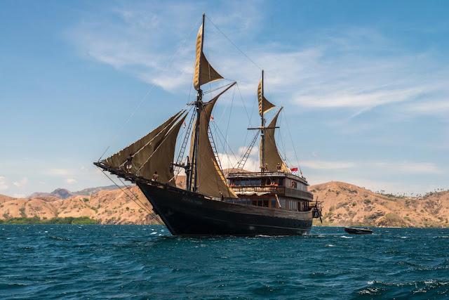 Alila Purnama là một khách sạn sang trọng độc đáo trên một con tàu. Nội thất rộng rãi có tất cả các tiện nghi cần thiết cho một hành trình lãng mạn. Chuỗi Alila đã thành lập nhiều khách sạn và đây chắc chắn là khách sạn thú vị nhất. Cuộc thám hiểm đảo Komodo là chuyến đi 6 đêm đến vùng đất của những con rồng Komodo. Con tàu đi dọc theo bờ biển tuyệt đẹp. Tour Ambon sẽ đưa du khách đến khu vực Quần đảo Banda, nổi tiếng với các sinh vật biển và rạn san hô phong phú.