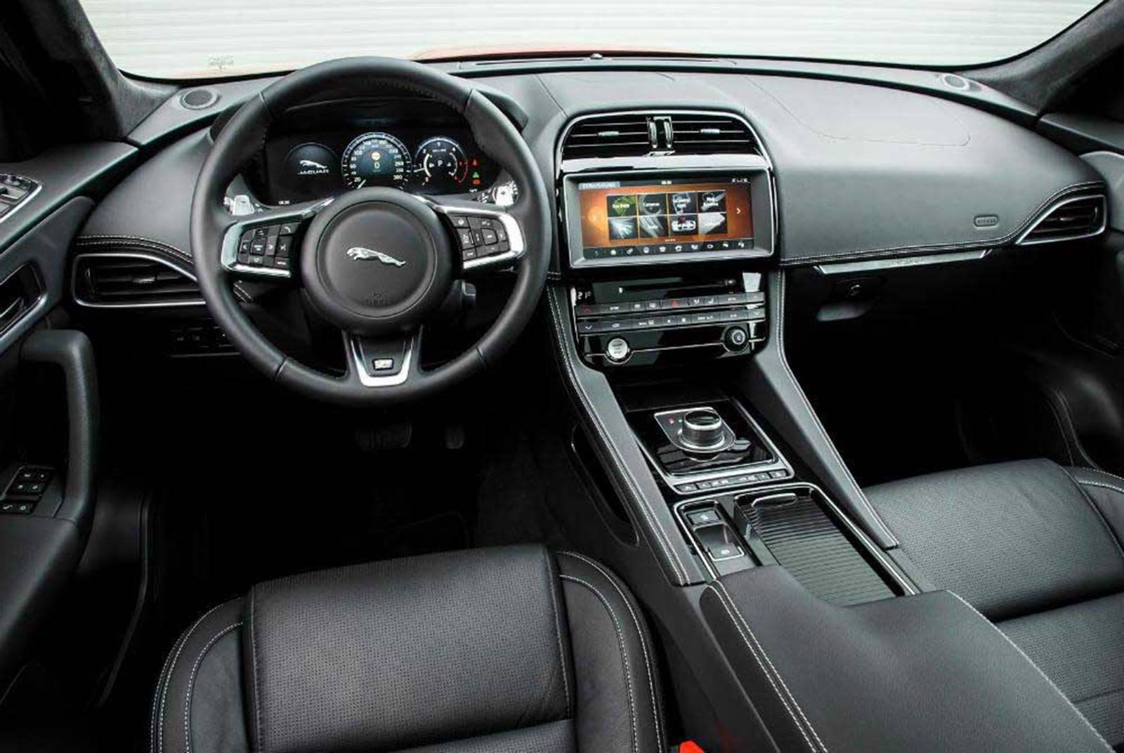 Jaguar f pace fotos pre os performance detalhes for Interieur jaguar f pace